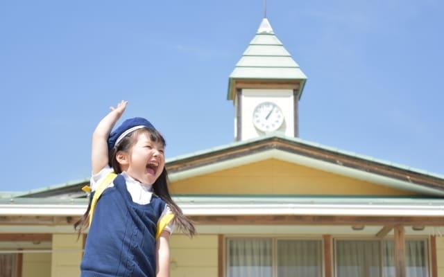 飛び上がる幼稚園児